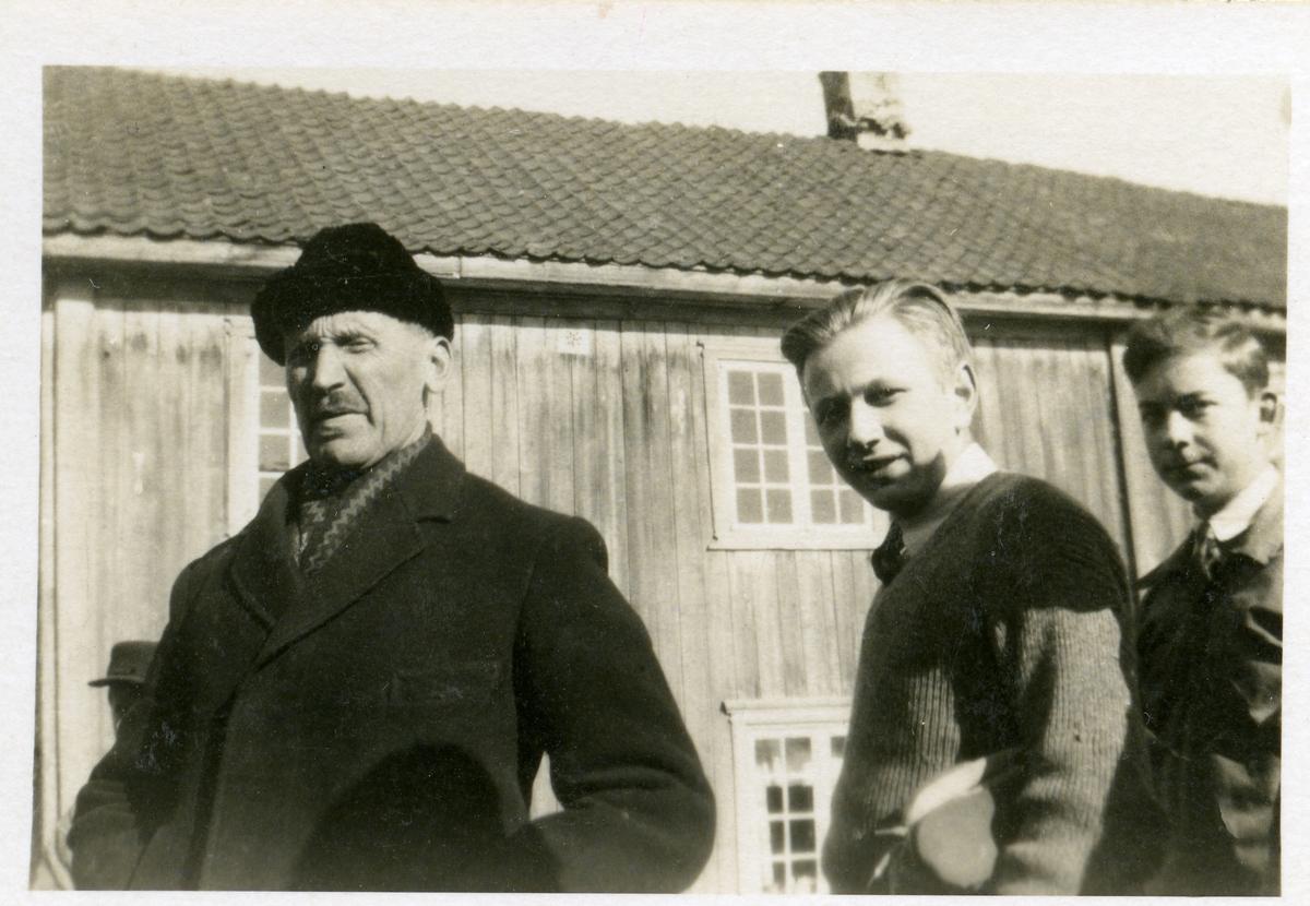 På Vestoppland folkehøgskule. To elever sammen med Olaus Islandsmoen.