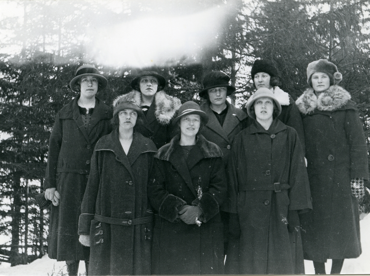 Gruppebilde av unge kvinner fra vestre Bagn.