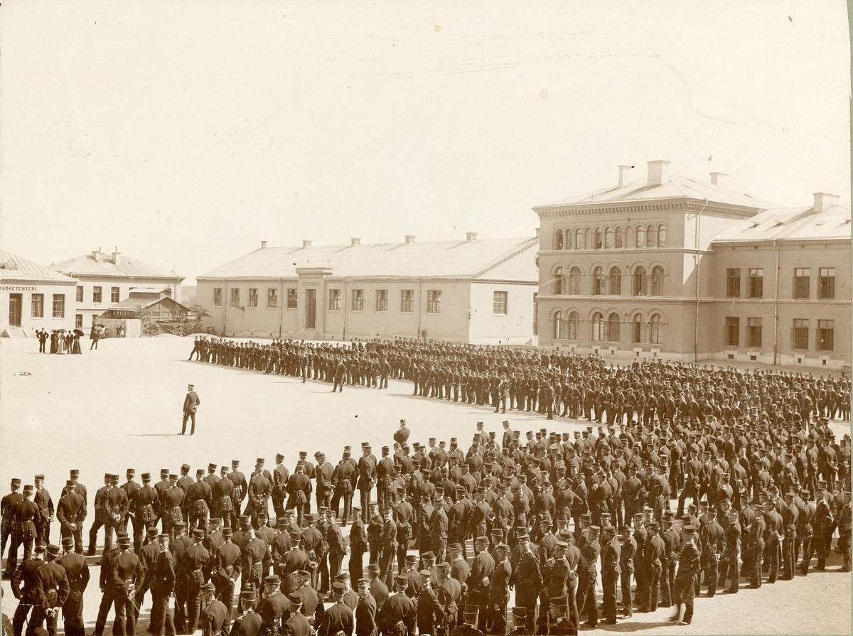 Göta livgarde I 2 på kaserngården vid Storgatan, 1890-tal.