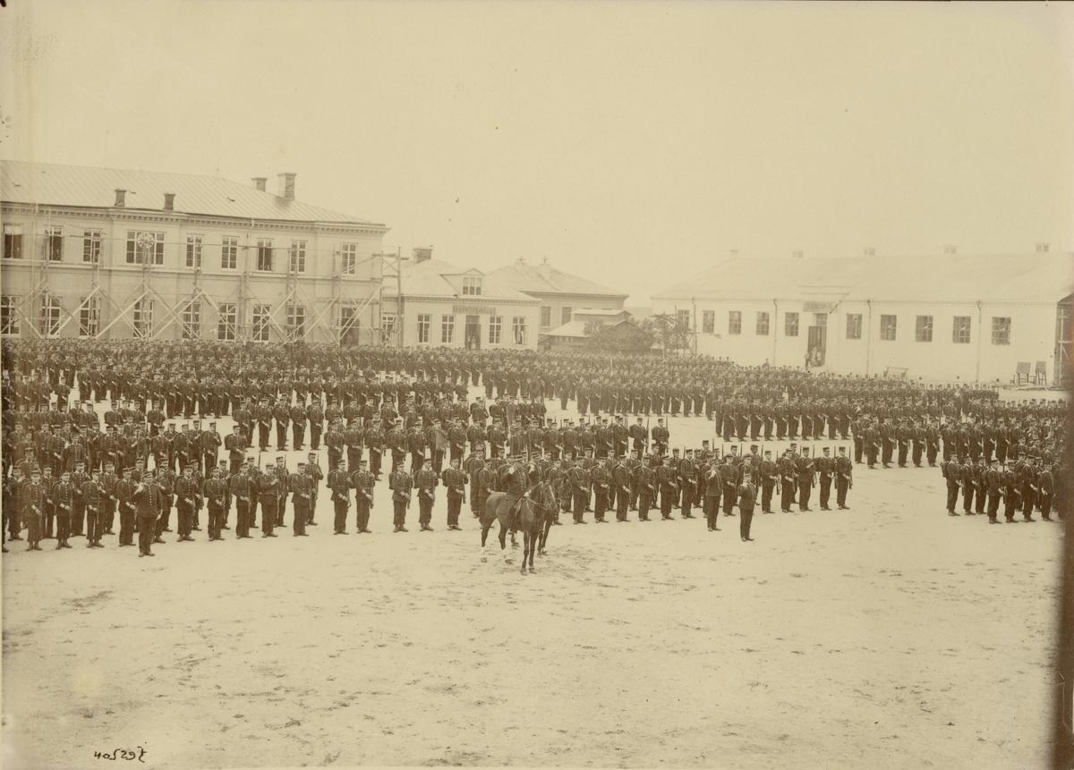 Göta livgarde I 2 uppställt på kaserngården 1906.