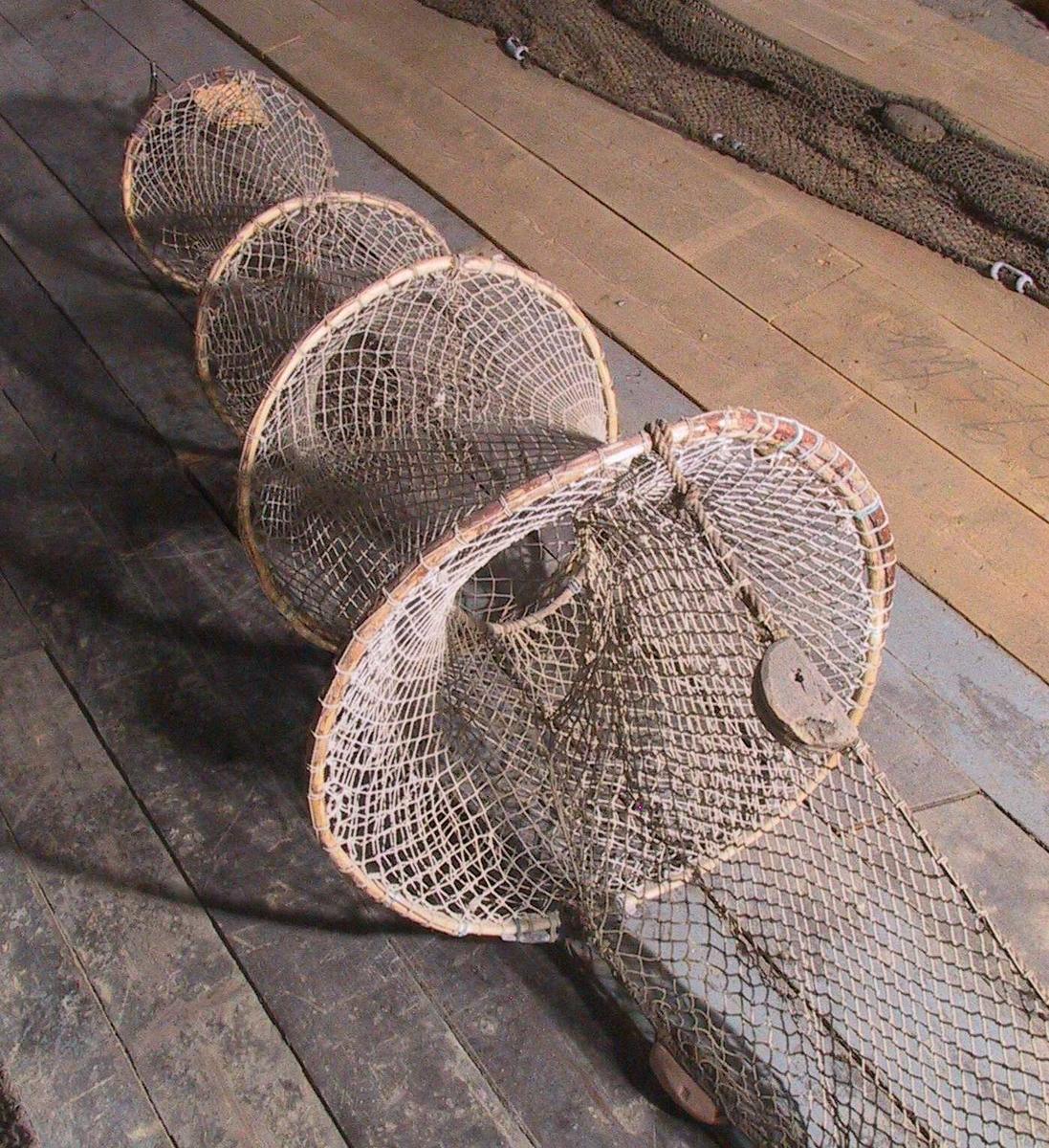 Bomull. Vidjering av tre, skygarn. Gauker (stein) av tegl og flå av   kork.