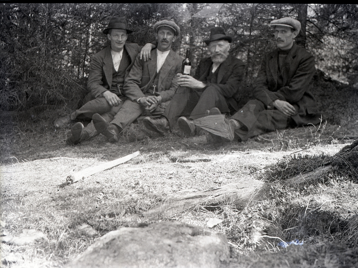 """Martin """"Hjulmakar"""" Olsen (nr. 3 fra venstre) og Ola Listrudbakken (nr. 4 fra venstre)"""