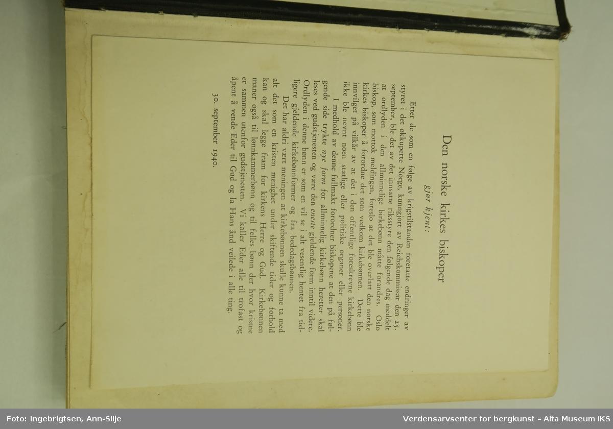 Innbundet bok med latinsk kors på forsidepermen.