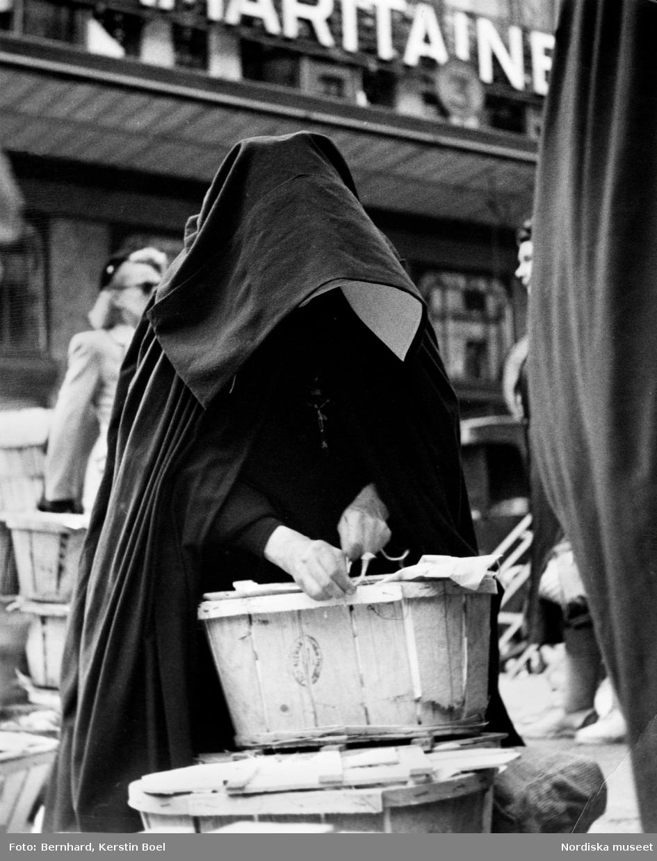 Torghandel. Nunna på grönsaksmarknad i Paris