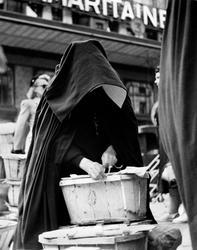 Torghandel. Nunna på grönsaksmarknad, Les Halles, Paris