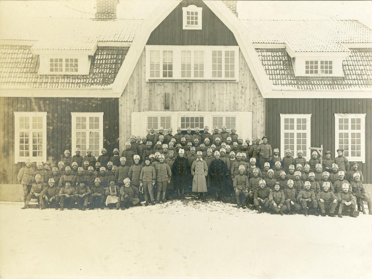 Grupporträtt av officerare och soldater vid Första livgrenadjärregementet I 4 på Malmen, 1920-tal.