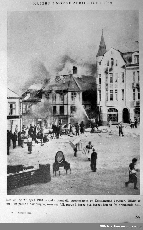 Repro fra avisklipp, hvor vi ser fra evakueringen og slukkingen av Grand hotell på torget på Kirkelandet i Kristiansund, aprildagene 1940. Fra Nordmøre museum sin fotosamling, Williamsarkivet.