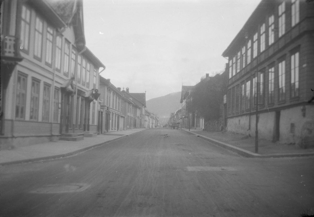 Storgata i Lillehammer sett fra Astrupgården til venstre. Og Wiesegården til høyre.