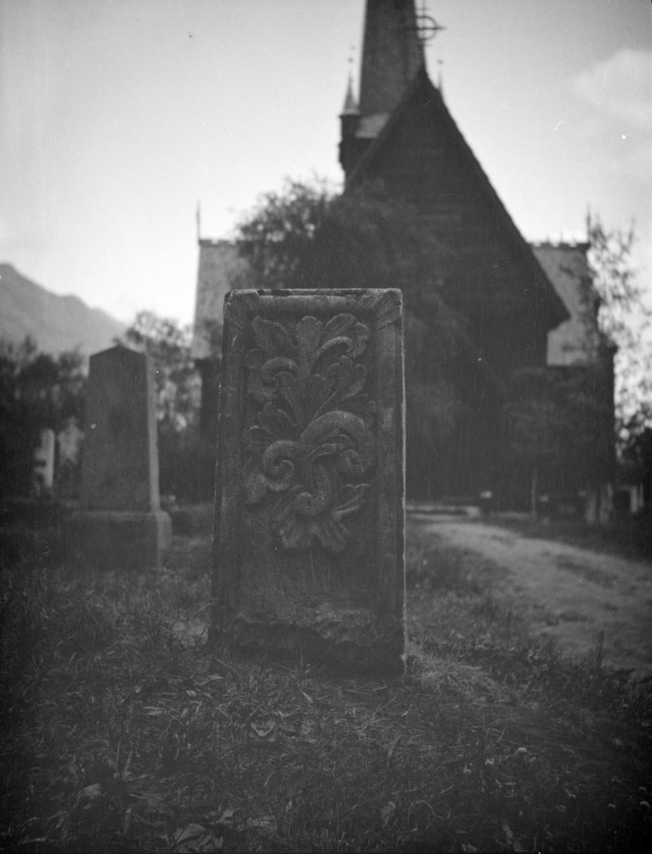 Gravstein, kleber, akantus, Vågå kirke