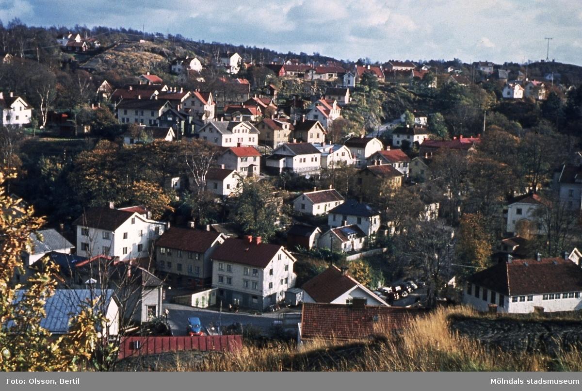 Utsikt från Störtfjället mot bebyggelse i Roten M i Kvarnbyn, Mölndal, år 1949. Reprofoto.