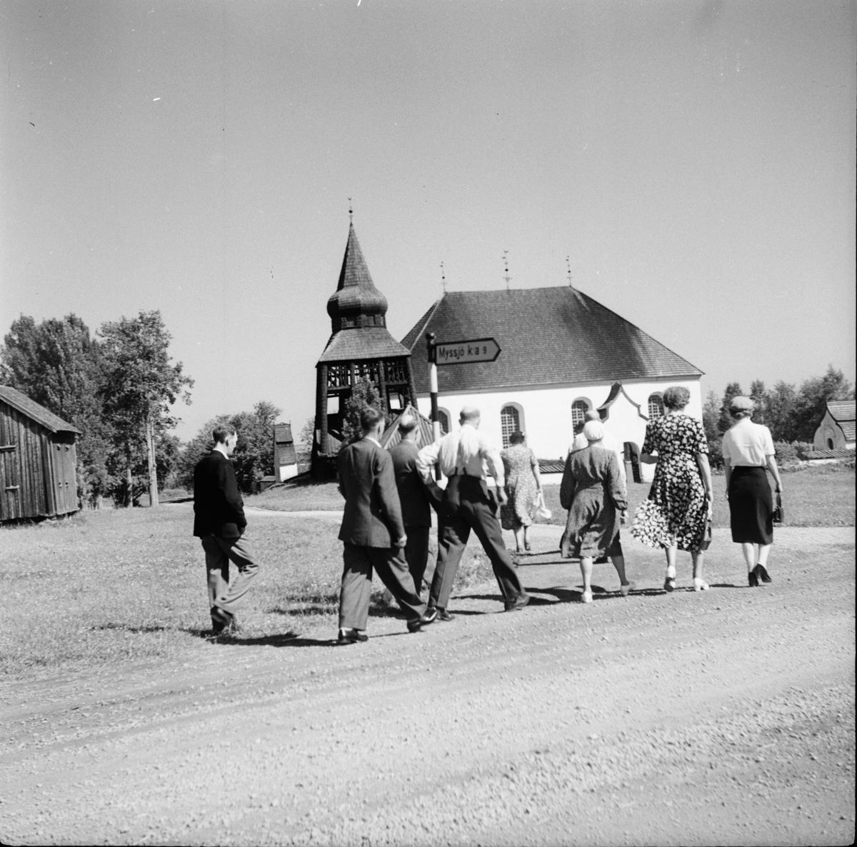 Fjällresa 1951. Tredagarstur till Härjedalen, Jämtland, Medelpad. Bilden är tagen vid Ovikens G:a kyrka.
