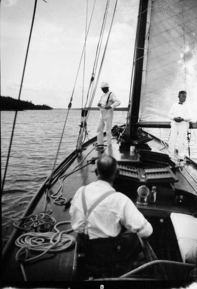 """""""Ingvor"""", Carl Norenberg (ryggtavlan), till vänster Jos. A Johansson och till höger Werner Bengtzon."""