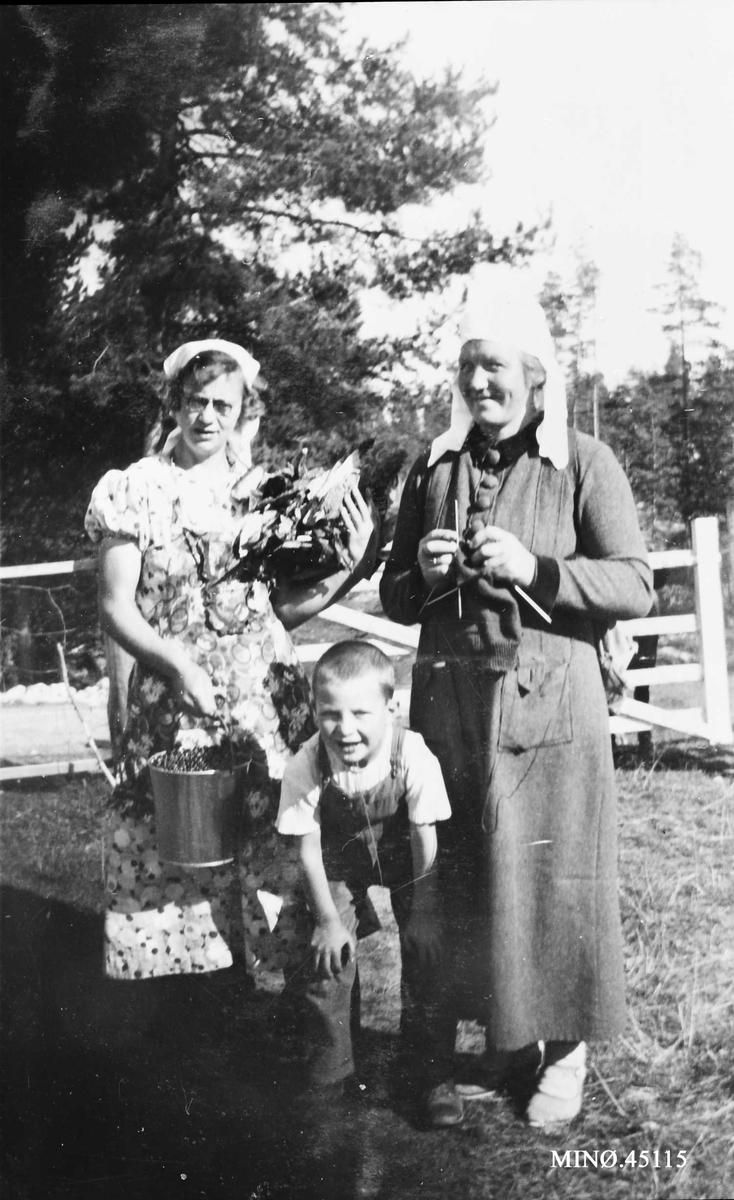 To kvinner og en ung gutt