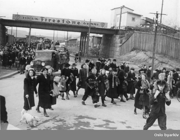Panikkdagen 10. april etter rykter om bombing av Oslo fra britiske bombefly. Presis klokken 11.30 onsdag 10. april 1940 gikk flyalarmen. Flyktende mennesker til fots, på lastebiler og sykler under jernbanebrua i Hans Nilsen Hauges gate, på vei mot Storoveien.