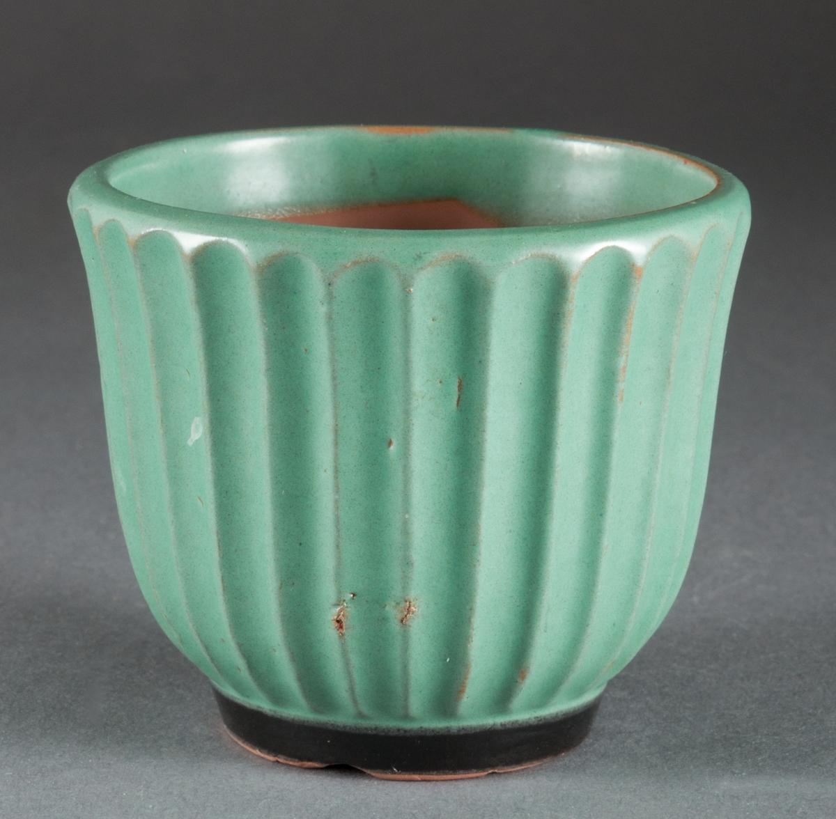 """Blomkruka tillverkad vid Bo Fajans i Gävle. Formgiven av Ewald Dahlskog. Modell """"Tellus"""", grön glasyr. Diverse märkningar i botten: Bo, Tellus 2, ED."""
