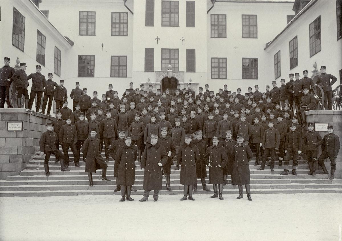 Grupporträtt av kadetter och officerare vid Krigsskolan Karlberg.