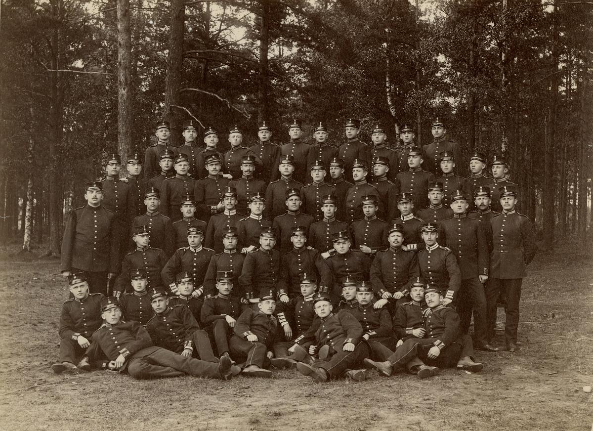 Grupporträtt av officersvolontärer på Karlsborg 1895.