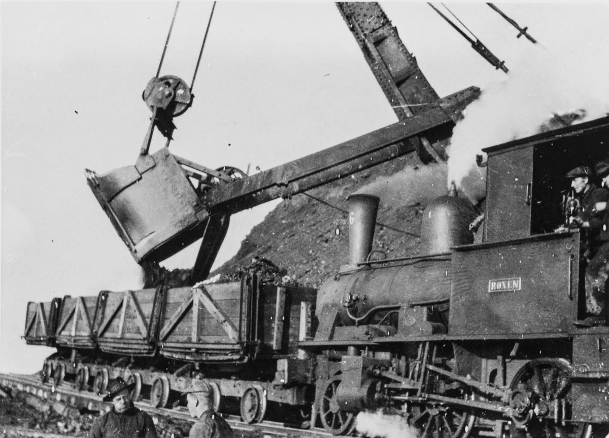 Damplokomotiv nr. 6 Roxen på Svalbard med kullvogner.