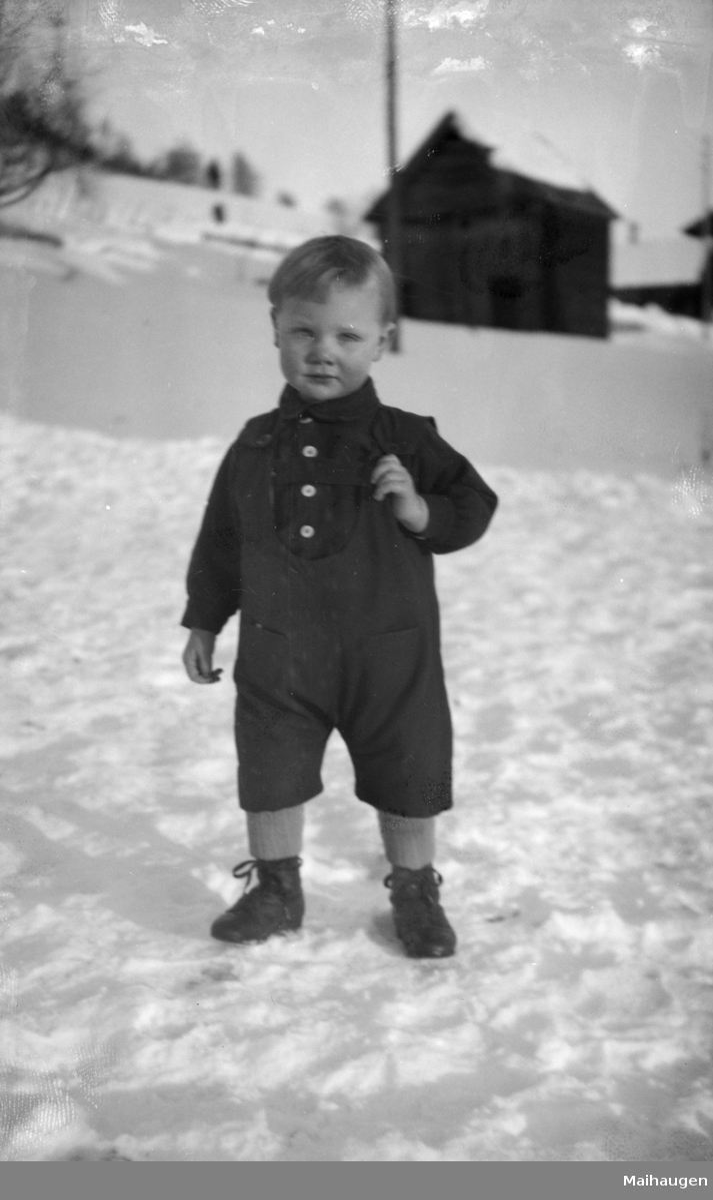 Vinterbilde med gutt.