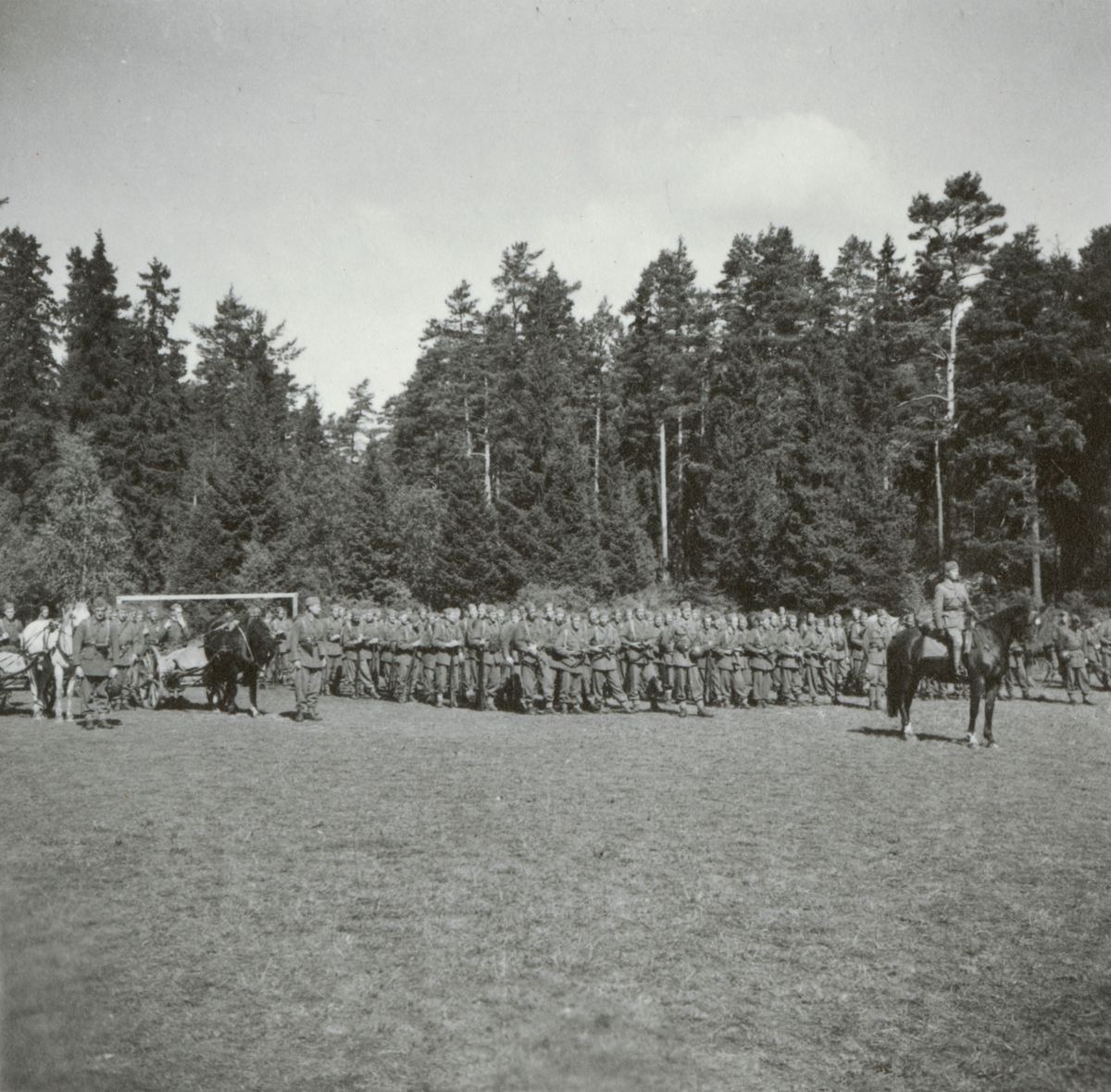 Soldater från Södermanlands regemente I 10 samlade på fält.