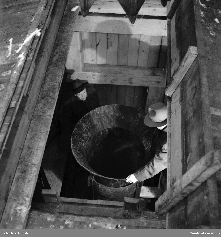 Förberedande arbeten inför anläggandet av Grönsta vattentäkt vid Ljungan i Tuna. Här grävs en 30 meter djup brunn med en diameter på 80 centimeter. Brunnen pressas ned av hydrauliska domkrafter och massorna inne i brunnen tas sedan upp med en gripskopa. Brunnens botten ska hamna cirka 20 meter under Ljungans yta.