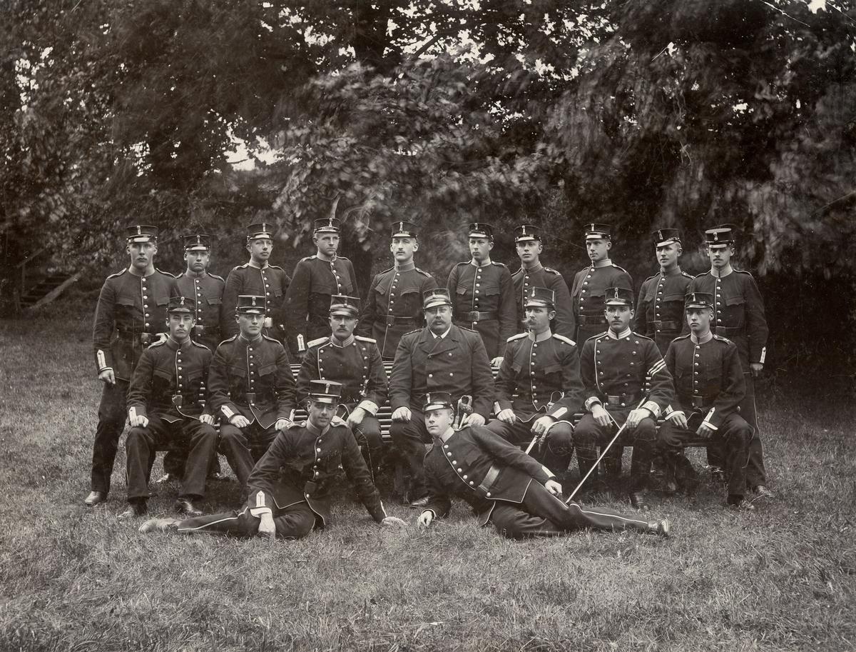 Grupporträtt av soldater från Göta trängbataljon T 2 på kurs vid Förvaltningsskolan, Karlsborg 1898. För namn, se bild nr. 2.