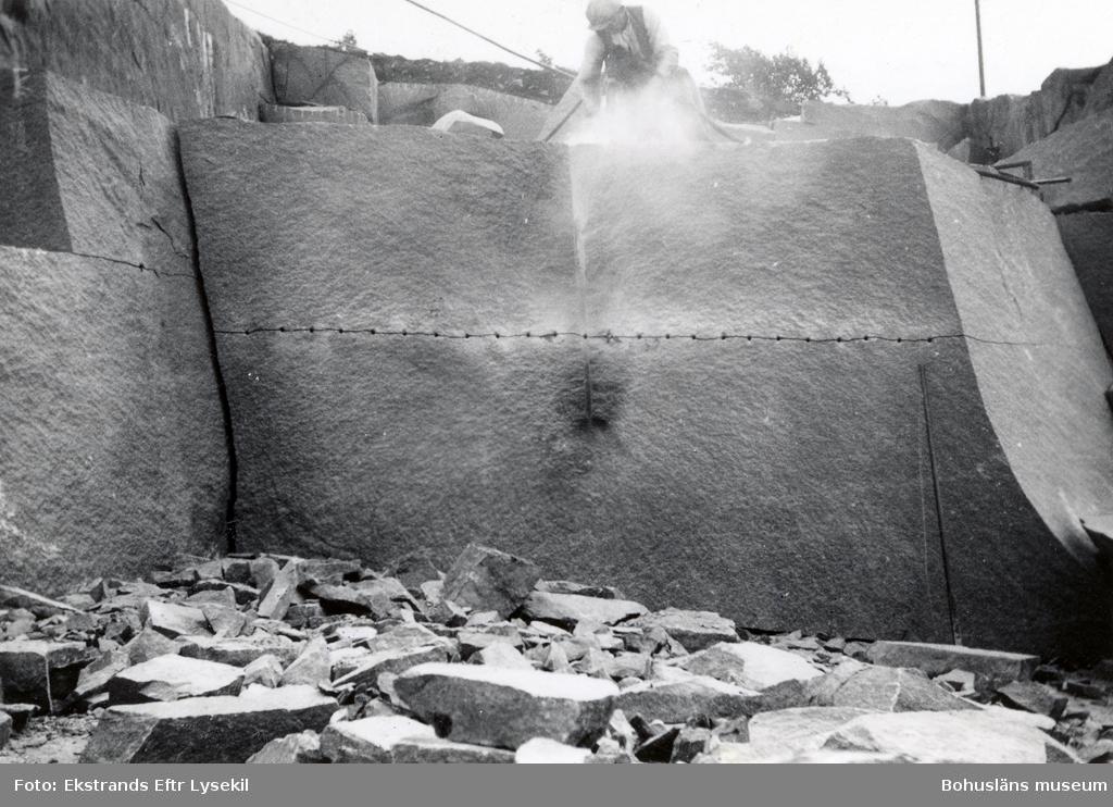 Stenhuggare borrar i ett stenblock