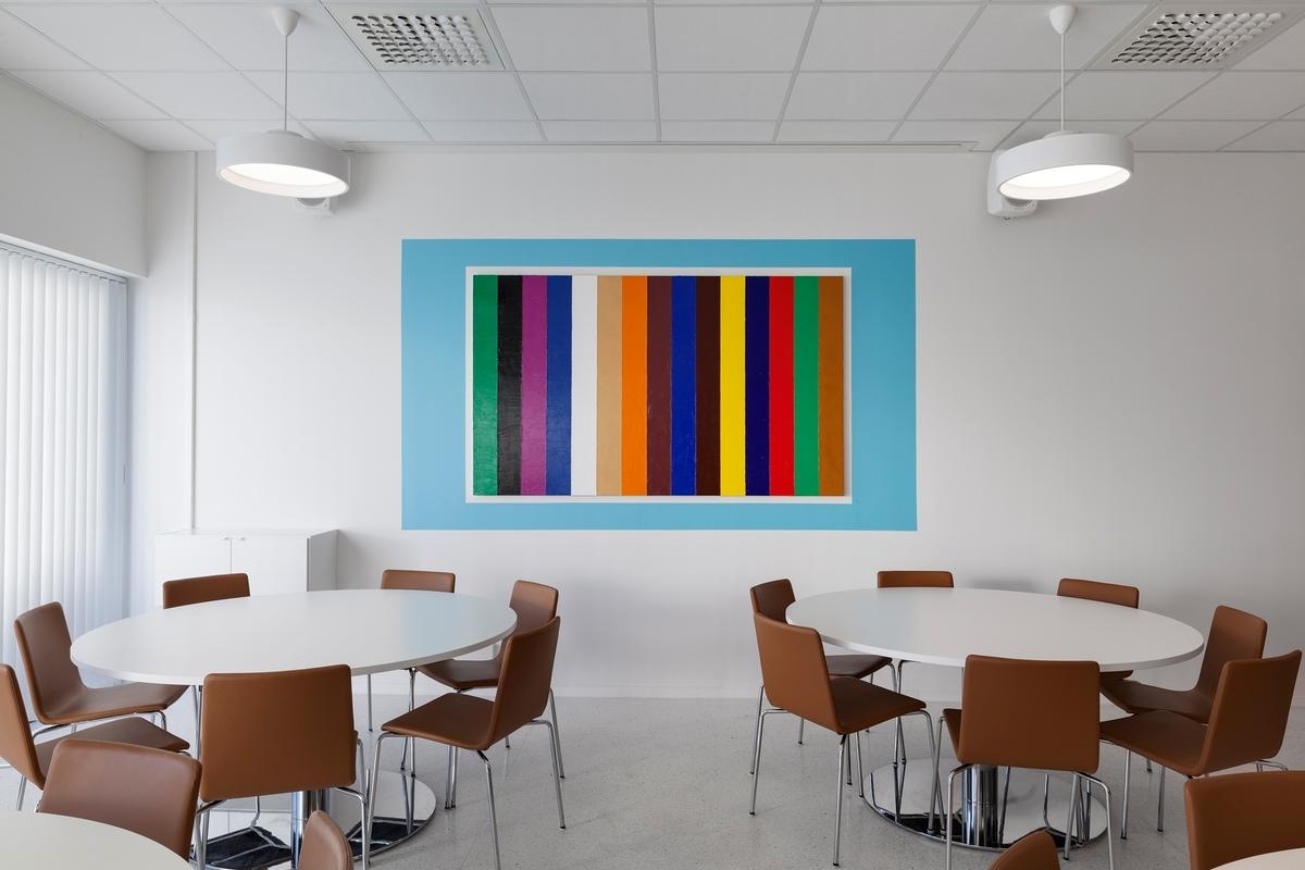 Maleriet viser 15 vertikale striper. Malingen er påført med palettkniv og alle fargene er hentet fra forsvarets egne farger.