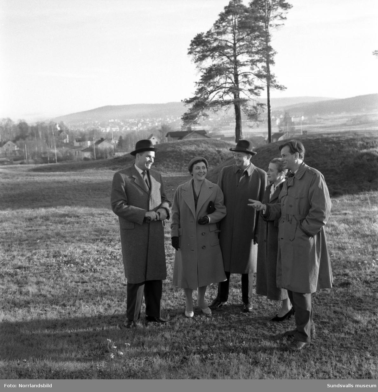 Rudolf Müller-Horn, kulturattaché vid tyska ambassaden i Stockholm, besöker Sundsvall och bland annat gravfältet i Högom tilldrar sig hans intresse. På första bilden ses han till vänster med bland annat Brita och Gösta Lindqvist samt längst till höger Ingemar Tunander, intendent vid Sundsvalls museum.
