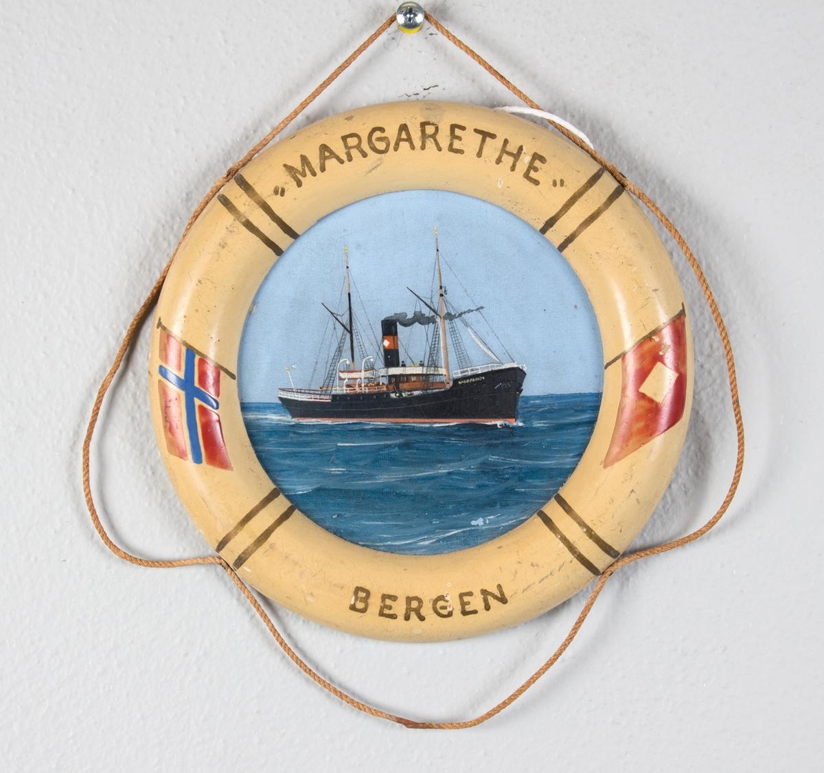 Skipsportrett av DS MARGARETHA på åpent hav. På bøyen er det malt norsk flagg og rederiflagget til R. H. Wesenberg.