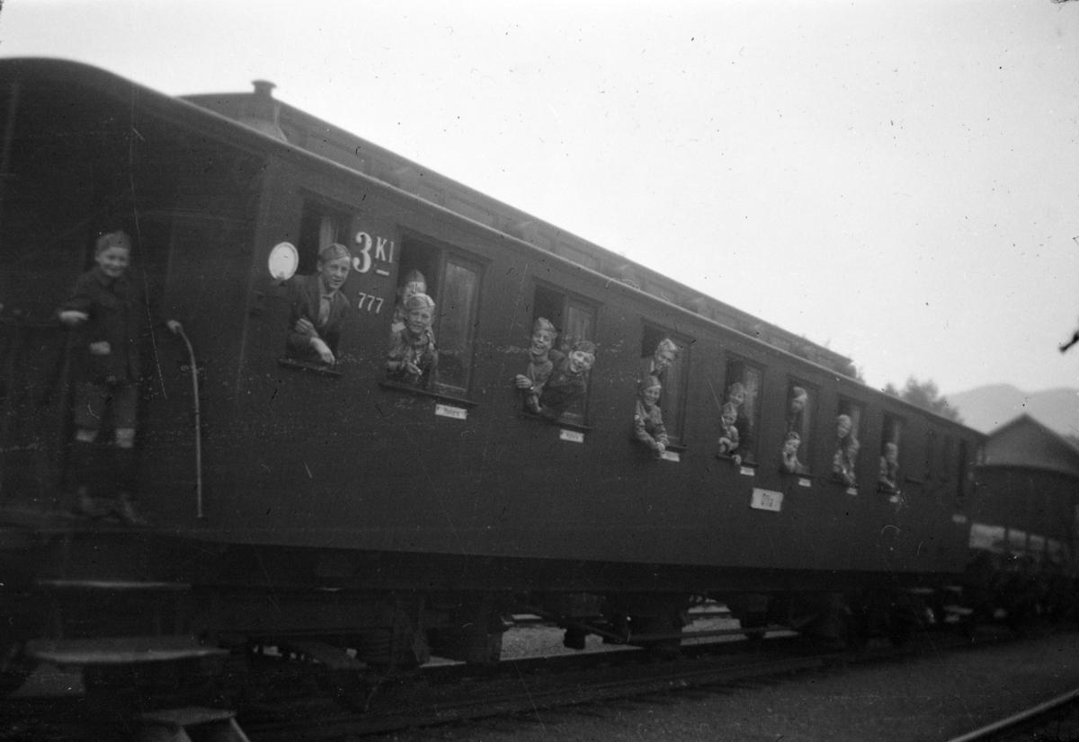 Speidere på tur med tog til Otta.