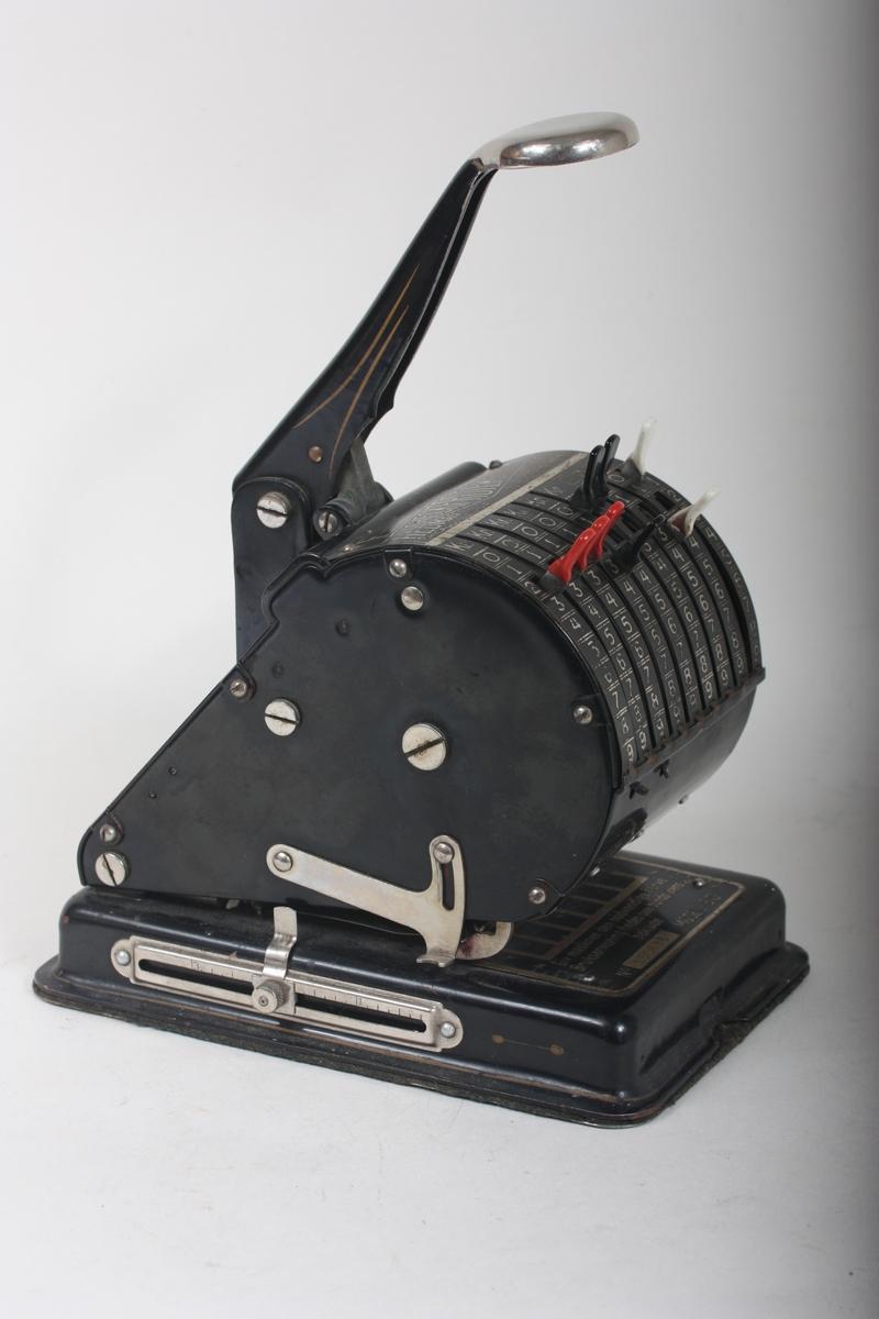 Maskin til perforering og vern av sjekkar og andre verdipapir. Ved hjelp av skyvearmar kan ein skrive tall som vert perforert inn i verdipapiret. Hendel på toppen som ein trykkjer ned for å perforere.