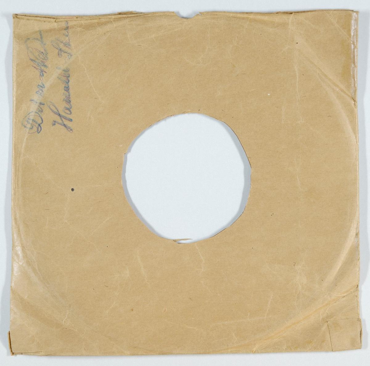 """54281.01: Svart grammofonplate laget av bakelitt og skjellak. Etiketten er mørk lilla med skrift i gull, for tekst se """"Påført tekst/merker"""". På etiketten er det tegning av kuppelen på Odeon. På A-siden er det et lite hvitt og blått klistremerke på etiketten, det er antagelig prisen.  54281.02: Plateomslaget til platen er laget av brunt papir som er limt. Det er sekundær påskrift på den ene siden, for tekst se """"Påført tekst/merker""""."""