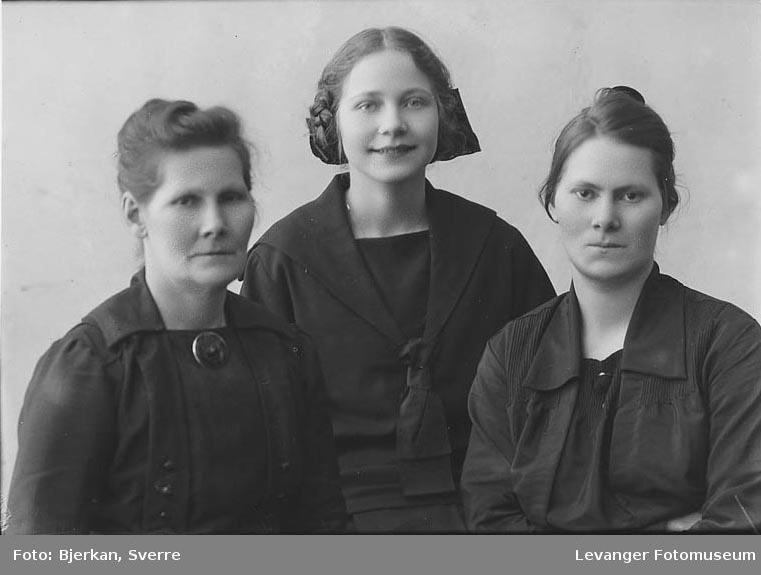 Gruppebilde av tre kvinner en av dem heter Gundersen Fornavn ukjent