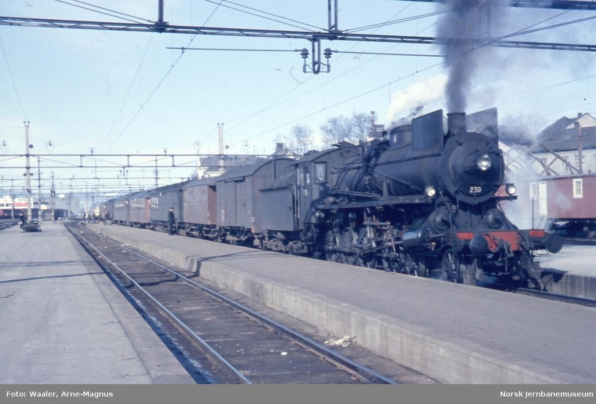 Damplokomotiv type 26b nr. 230 står klar med Rørosbanens dagtog 301 på Hamar stasjon