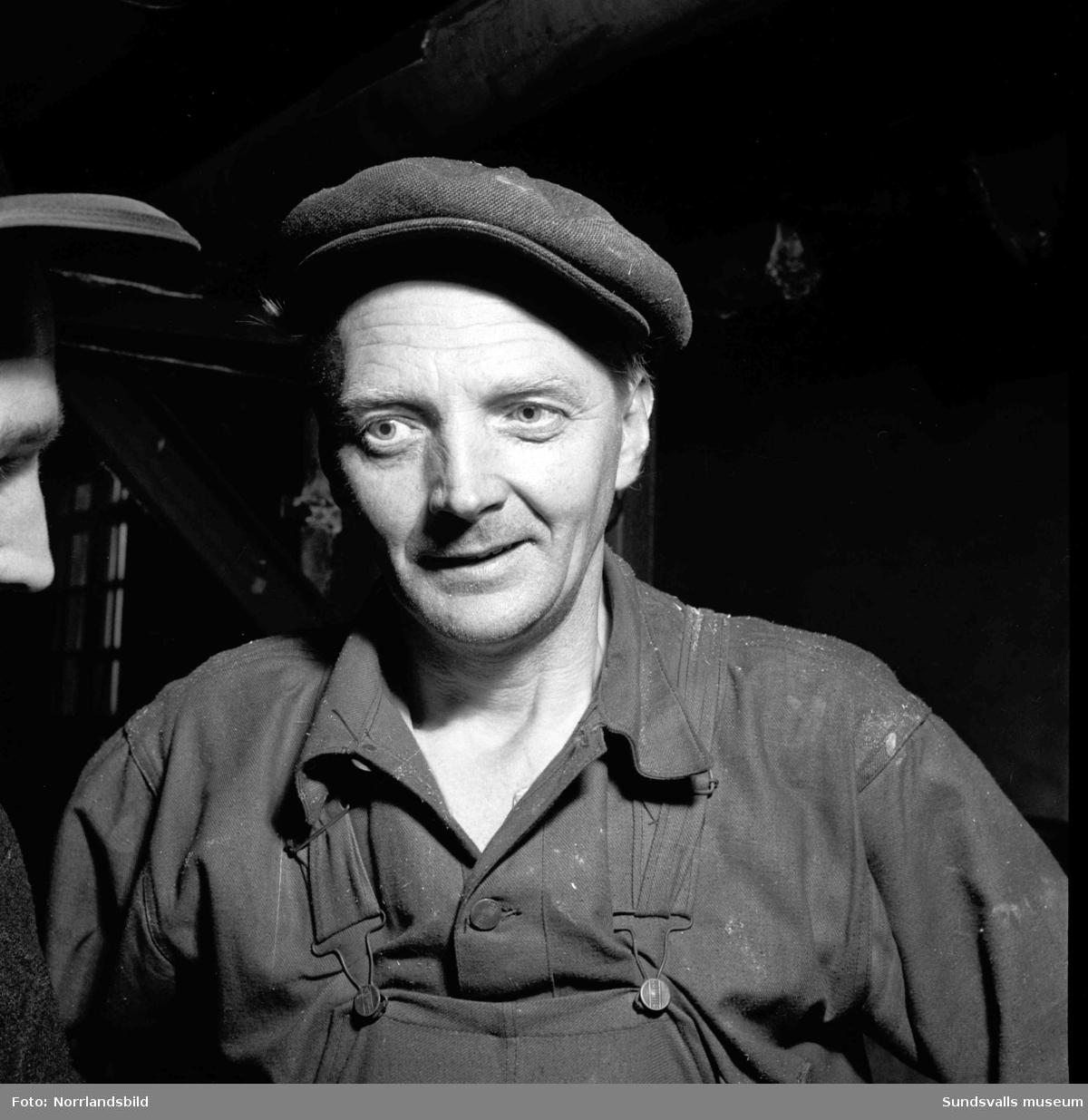 Bilder från verksamheten vid Sunds plåtmanufaktur som bland annat tillverkade rostfria diskbänkar och hoar, samt från papperstillverkningen vid Östrand. Fotograferat för reportage i Expressen.
