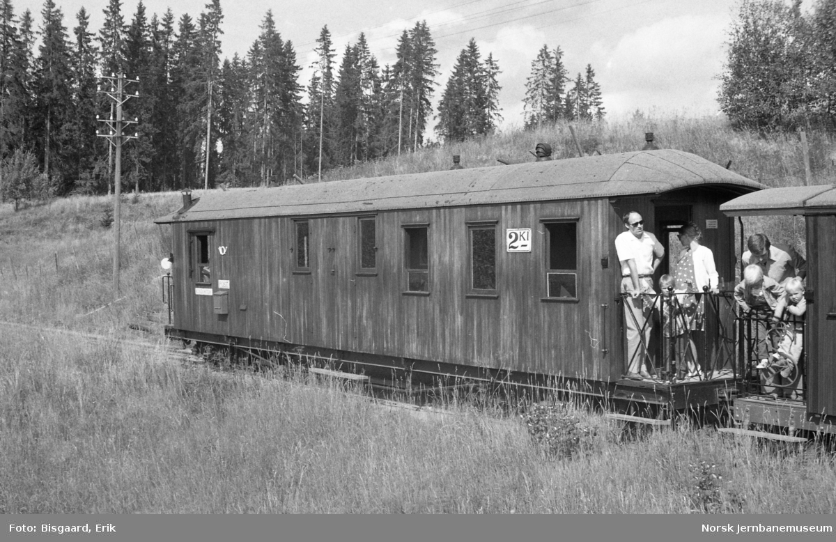 Personvogn litra BFo nr. 5 med reisende på Urskog-Hølandsbanen