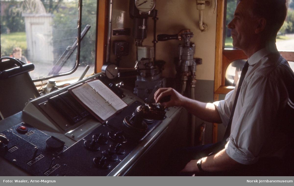 Lokomotivfører Erling Sanne bak spakene på elektrisk lokomotiv El 13 2132