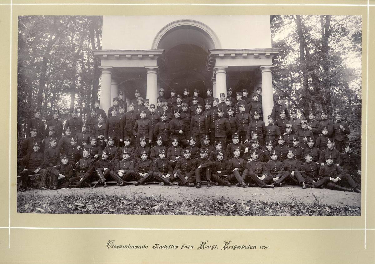 Grupporträtt av utexaminerade kadetter från krigsskolan 1900.