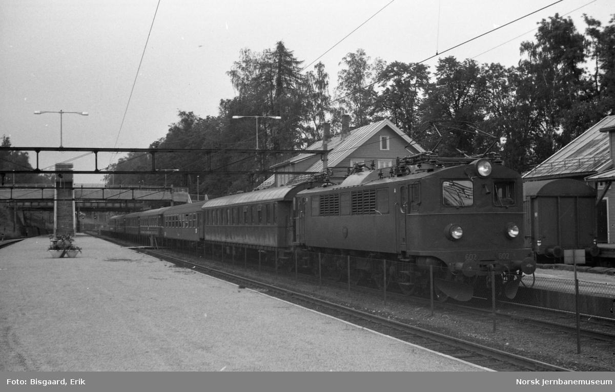 Svensk elektrisk lokomotiv litra F nr. 602 foran utenlandstog på Ski stasjon