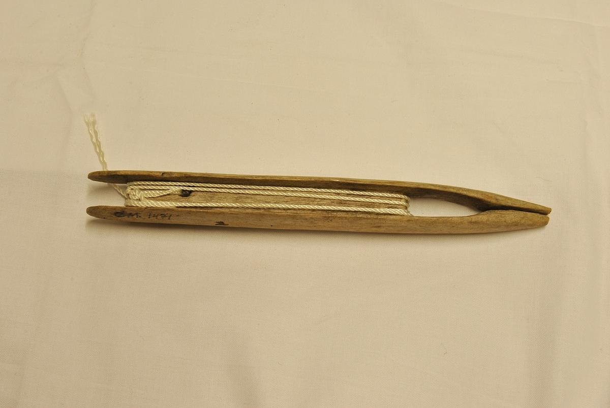 Form: Avlang, spiss garnnål.