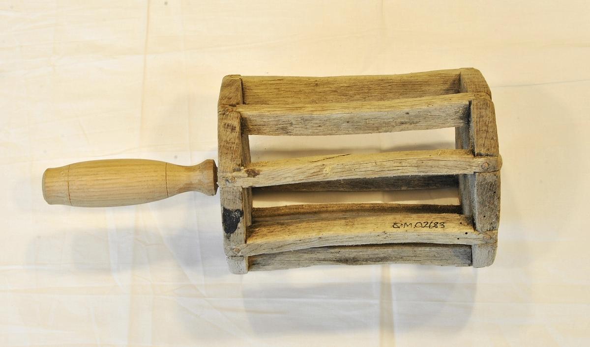 Form: Sylindrisk, avlang sule med åtte trestavar som er festa til to åttekanta treplater. Desse utgjer trommelen snøret blir festa på. Handtaket er gjennomgåande.