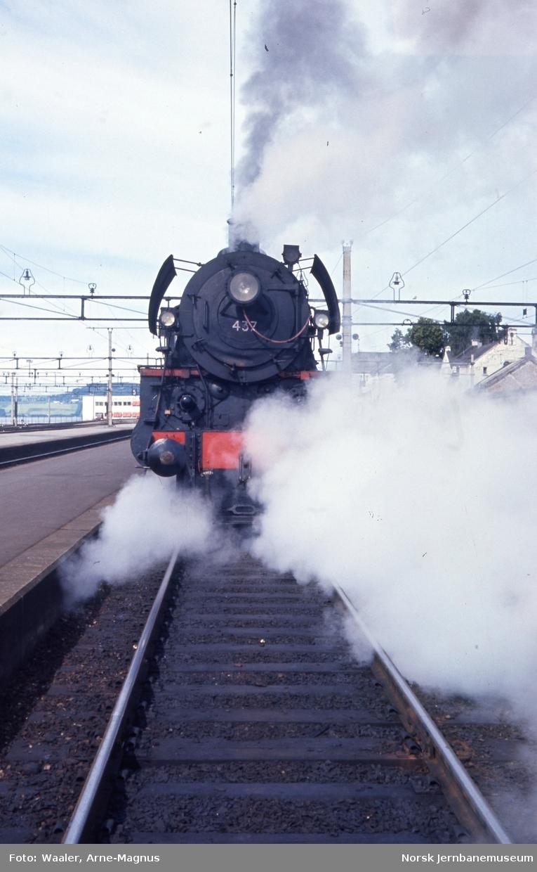 Damplokomotiv type 26c nr. 437 foran dagtog 301 til Rørosbanen på Hamar stasjon