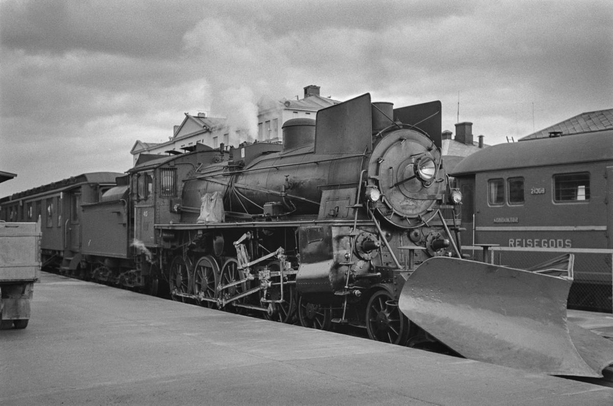Dagtoget fra Trondheim til Oslo Ø over Røros, tog 302, står klart til avgang på Trondheim stasjon. Toget trekkes av damplokomotiv type 26c nr. 413.
