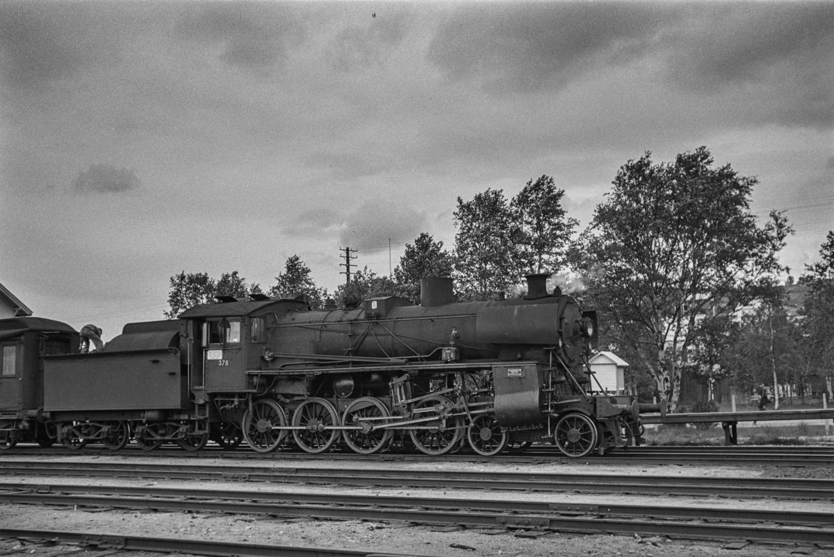 Dagtoget fra Trondheim til Oslo Ø, tog 302, på Røros stasjon. Toget trekkes av damplokomotiv type 26c nr. 378.