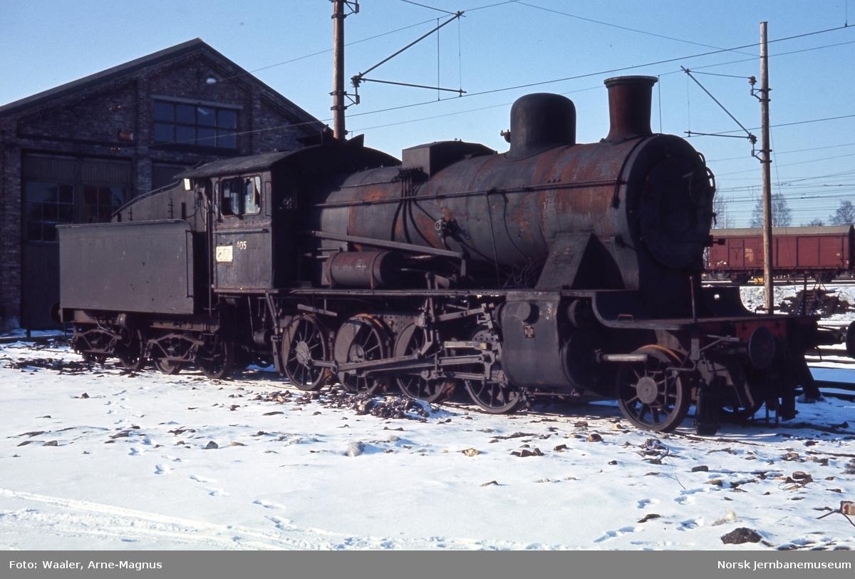 Opphugging av  damplokomotiver på Lillestrøm stasjon - type 24c nr. 405 venter på hugging