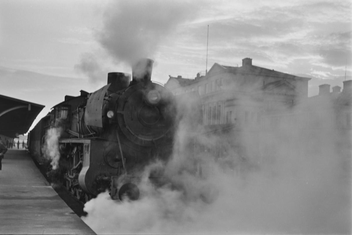 Damplokomotiv type 26c nr. 380 med persontog på Trondheim stasjon.