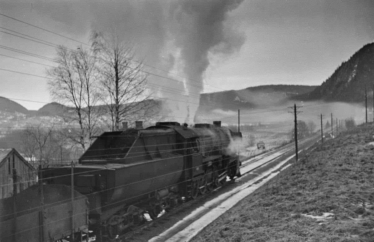 Damplokomotiv type 63a nr. 4929 med godstog retning Dombås, her mellom Støren og Soknedal.