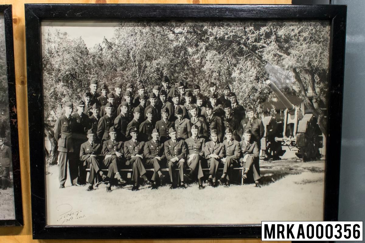 Fotografi taget på befäl och soldater som genomfört grundläggande soldatutbildning på 1:a Batteriet KA 2. Fotografiet taget på KA 2. Flobergs Foto.