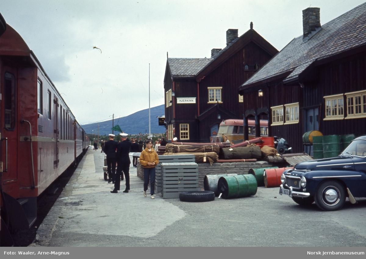 Hjerkinn stasjon med nordgående dagtog ved plattformen : togfører gir klarsignal